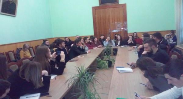 Юрій Ганущак спілкується зі студентами факультету історії політології та міжнародних відносин про перспективи та виклики у реалізації процесу децентралізації
